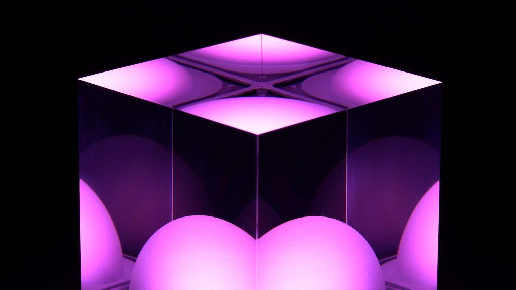 CUBE Tischlampe leuchtet Pink / Rosa
