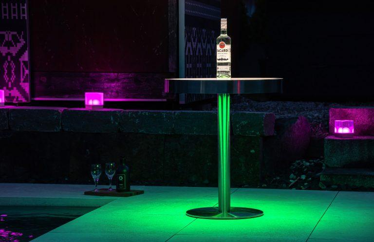 TABLE Beistelltisch mit CUBE Tischleuchten am Pool