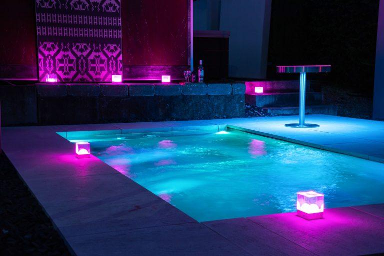 Beleuchteter Pool mit FRIZ Lights