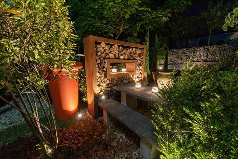 Beleuchteter Garten samt Pflanzen mit Strahlern und Außenleuchten
