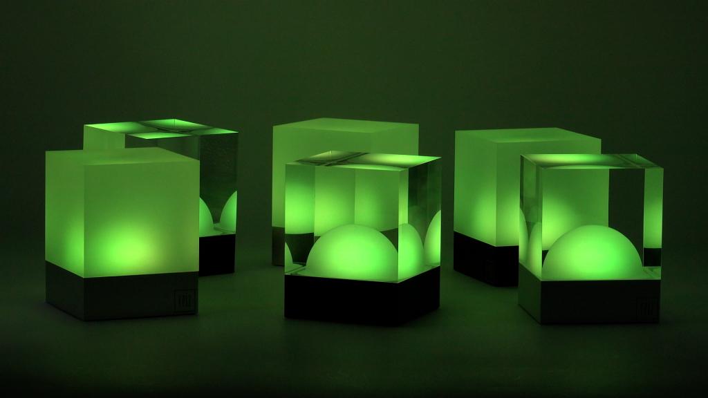 Grün leuchtende CUBE Tischlampen strahlen kabellos