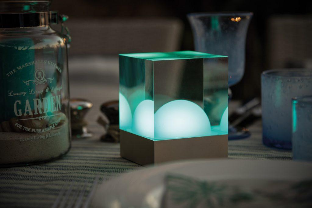 CUBE Tisch Leuchte mit Batterie bei Dämmerung auf Tisch im Garten