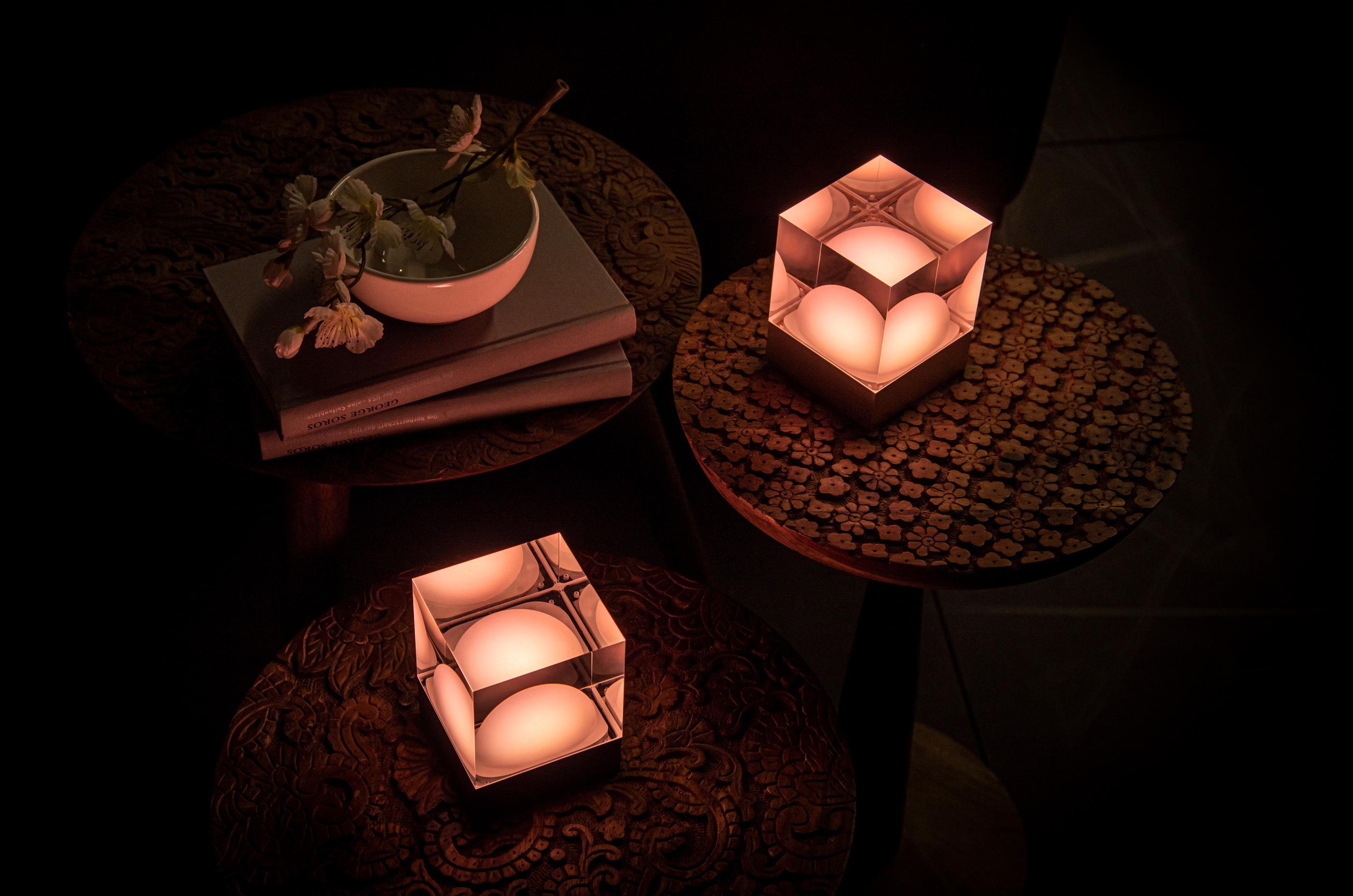 CUBE Leuchten mit Akku orange auf Beistelltisch