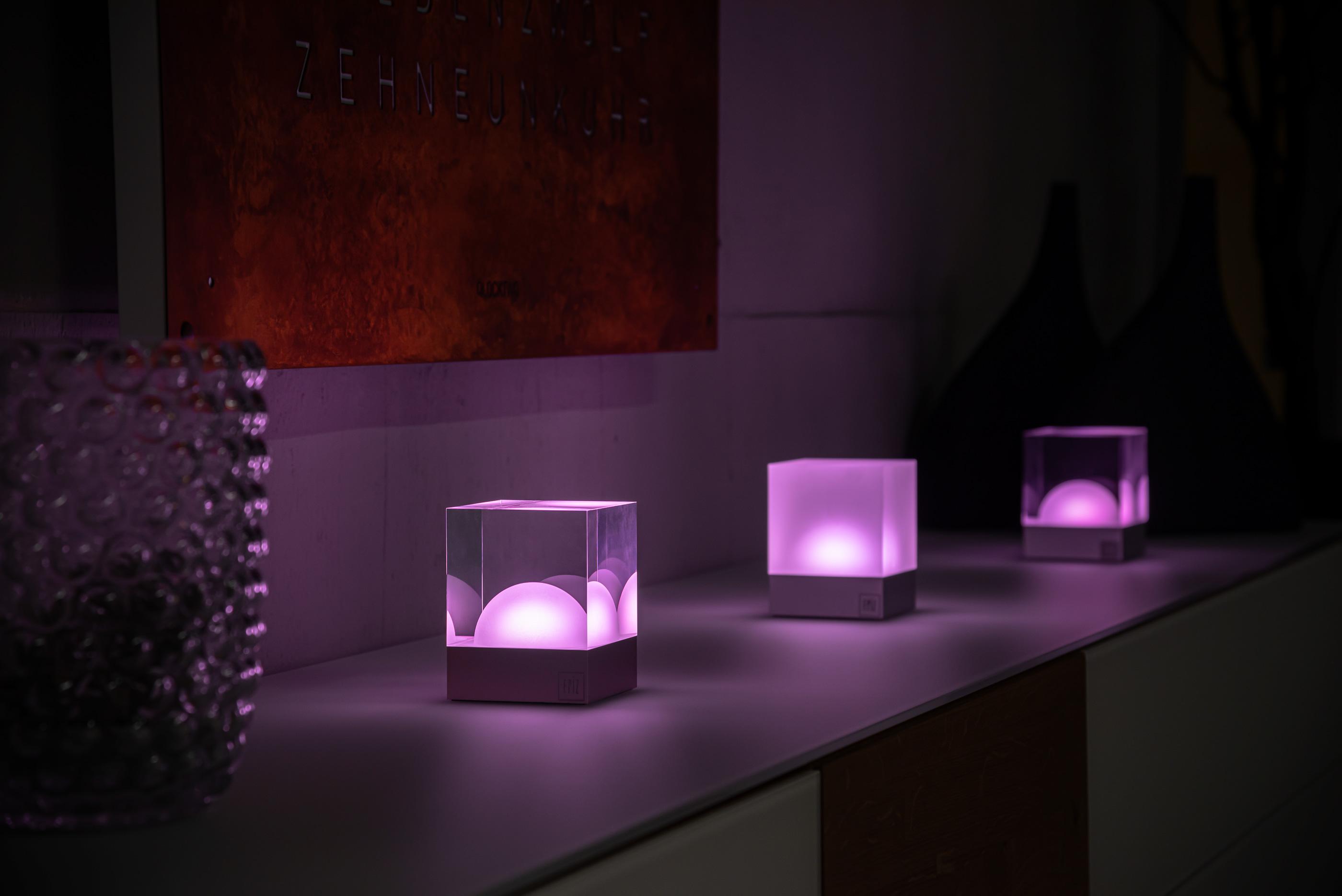 Kabellose CUBE Lampen auf Sideboard
