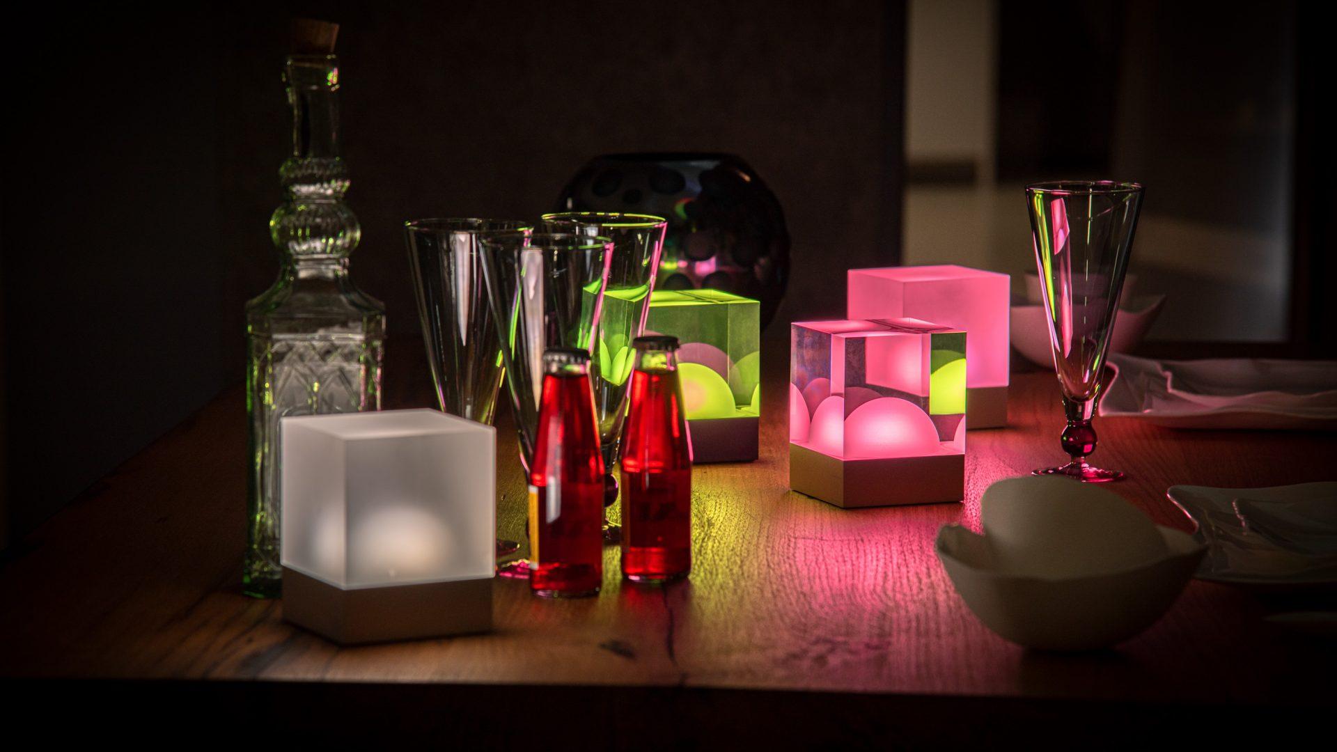 CUBE Tischlampen geben kabelloses Licht auf einem Tisch bei Abendessen